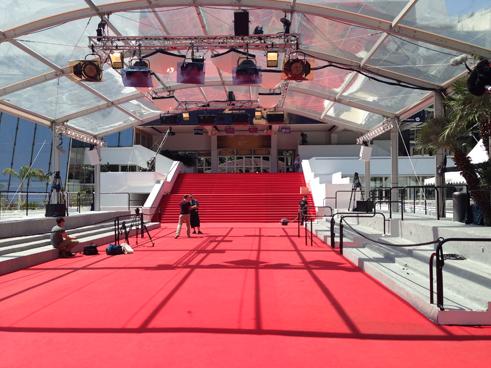 Den röda mattan damsugas i väntan på nästa anstormning av pressfotografer, filmteamoch mer eller mindre kända smokingklädda gäster som lever i symbios på drömfabrikens största firmafest.