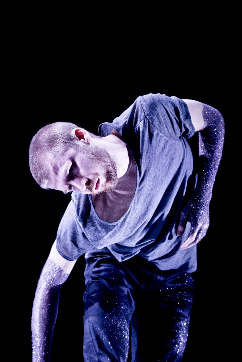 Verket Against the Current, Glow är skapat som fyra unika soloprojekt för kompaniets dansare Anna Pehrsson, Samuel Draper, Agnieszka Sjökvist Dlugoszewska och Daniel Sjökvist. Urpremiär, med två solon per kväll, på Weld i Stockholm 20-21 november kl. 19.00.