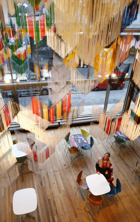"Outi Pieski med sin installation ""Falling Shawls"" (foto Johnny Green)"
