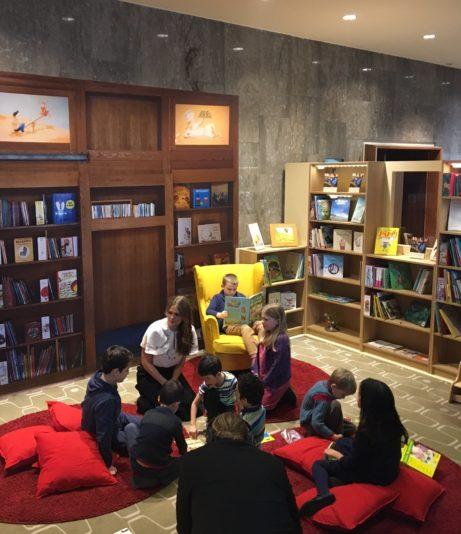 Prinsessan Madeleine tillsammans med Helena Gomér från Kulturhuset/Stadsteatern och barn i Room for Children