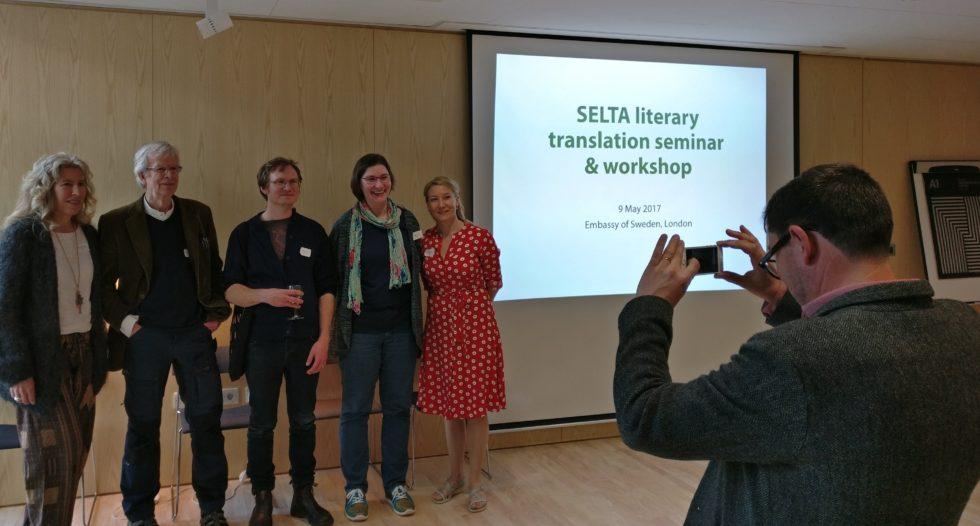 Författarna Therése Söderlind, Göran Bergengren, Jonas Gren och Elin Olofsson, tillsammans med SELTAs ordförande Ruth Urbom