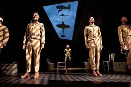 Eric Berryman, Damian Thompson och Mark Hairston med Omar Edwards i bakgrunden i Ford Theatres föreställning av 'Fly', regisserad av Ricardo Khan. Foto av Scott Suchman.