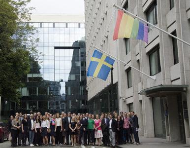 Här är stora delar av den svenska representationens personal utanför vår egen byggnad i Bryssel. Bilden togs när representationen hissade regnbågsflaggan på dagen mot Homo- bi och transfobi den 17 maj 2017