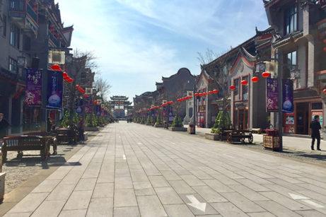 Annan vy från huvudgatan i den nybyggda historiska staden på ön Pingtan