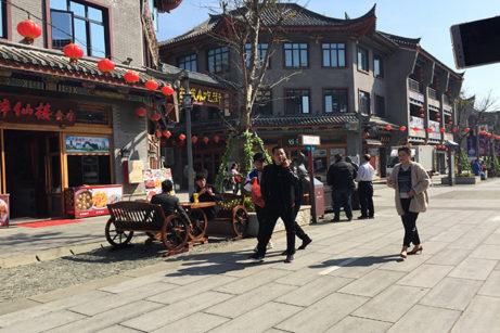 Vy från centralgatan i den nybyggda kulturstaden på ön Pingtan.