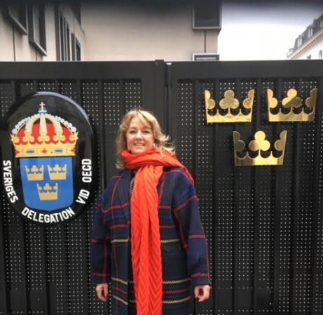 Ewa Kumlin, på väg in till första mötet på ambassaden i Paris