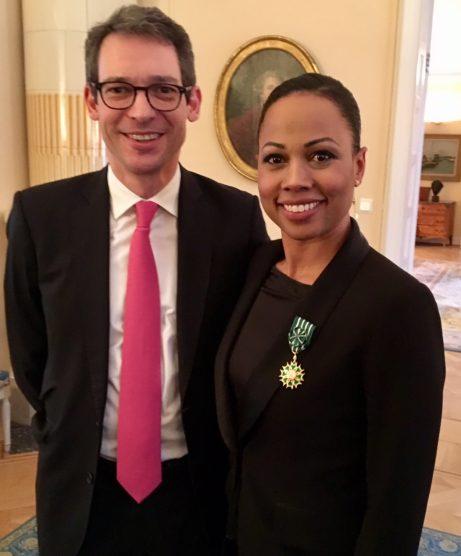 Kulturminister Alice Bah Kunke med in franska orden tillsammans med franske ambassadören David Cvach