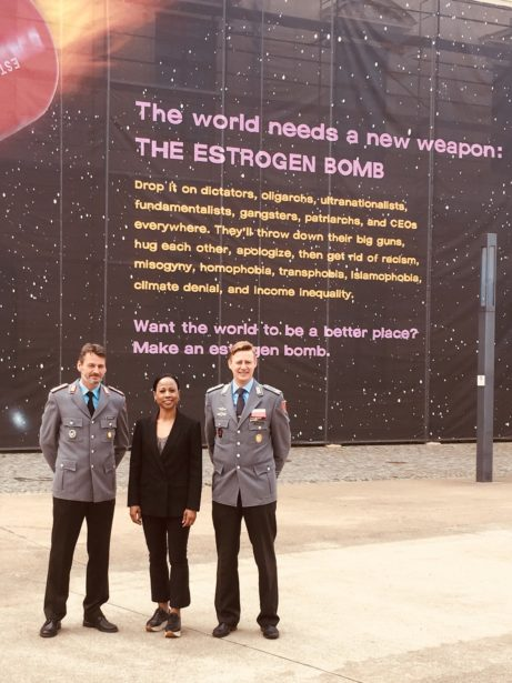 Alice Bah Kuhnke framför en verk av konstnärskollektivet guerillagirls.com, med Överstelöjtnant Jan Luckzat och vår guide Carsten Blessman