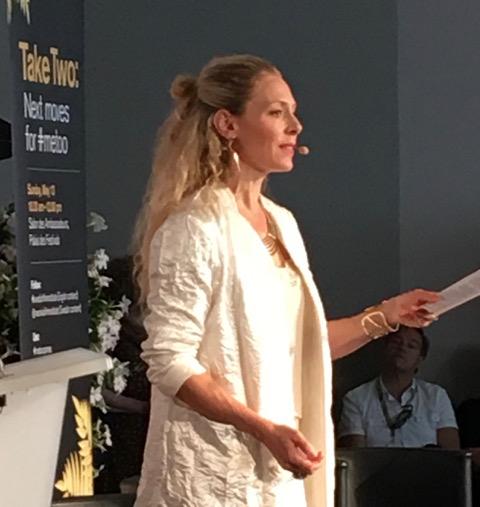 Eva Röse håller gripande inledningstal
