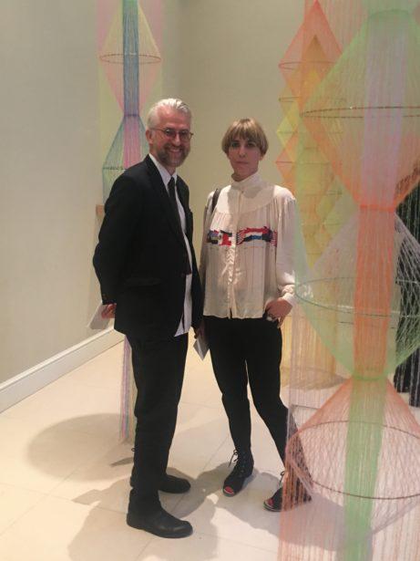 Galleristen Magnus Karlsson och konstnären Bella Rune på utställningen Stockholm Calling som ägde rum under Frieze London. Foto: Pia Lundberg