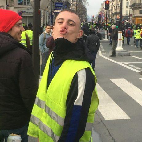 Upprymd demonstrant, Gula västarna, Rue de Rivoli, lördag den 13 januari, foto: Ewa Kumlin