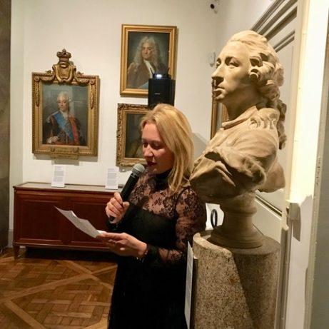 Diana Picasso läser sitt hyllningstal om Staffan Ahrenbergs gärningar för konsten