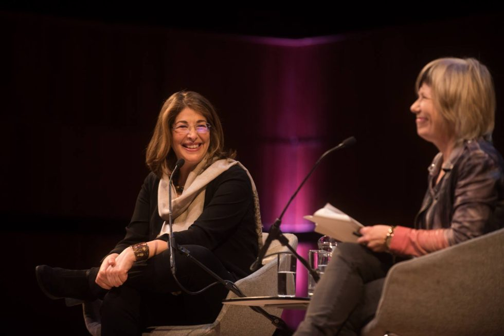 Naomi Klein och Jude Kelly på den stora scenen i Royal Festival Hall. Foto: WOW Foundation