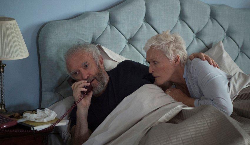 02 Früh morgens kommt der ersehnte Anruf: Joe (Jonathan Pryce) wird den Nobelpreis bekommen