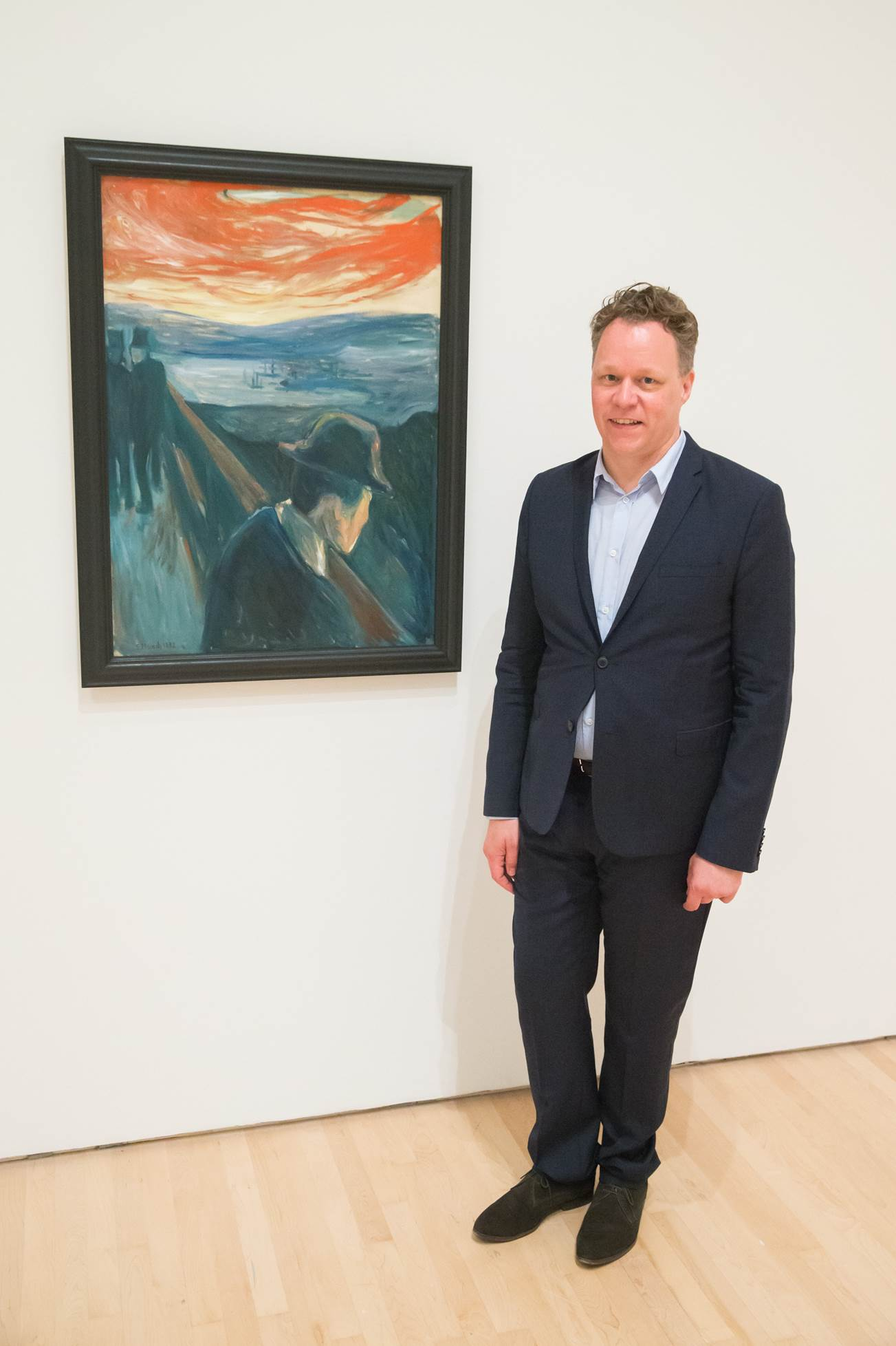 """Patrik Steorn vid Edvard Munchs """"Förtvivlan. Sjuk stämning vid solnedgång"""", 1892. Thielska Galleriet.  Foto: SFMOMA"""