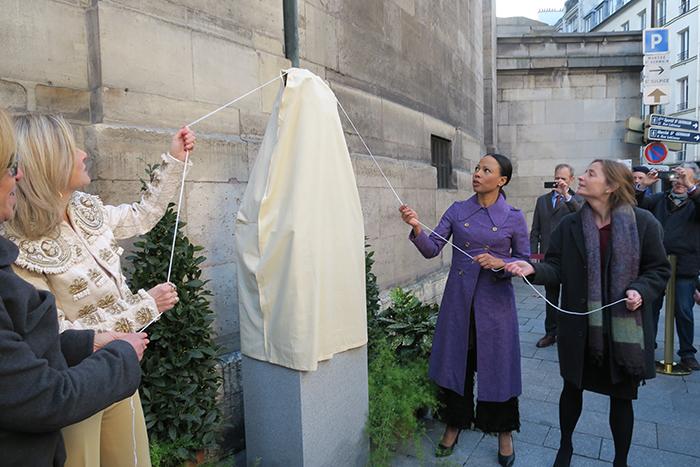 Alice Bah Kuhnke och ambassadör Veronika Wand-Danielsson avtäcker Strindbergbysten tillsammans med Paris stad vice borgmästare Véronique Levieux. Foto: Svenska ambassaden