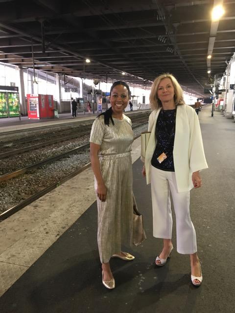 Kulturminister Alice Bah Kuhnke välkomnas på perrongen av ambassadör Veronika-Wand Danielsson
