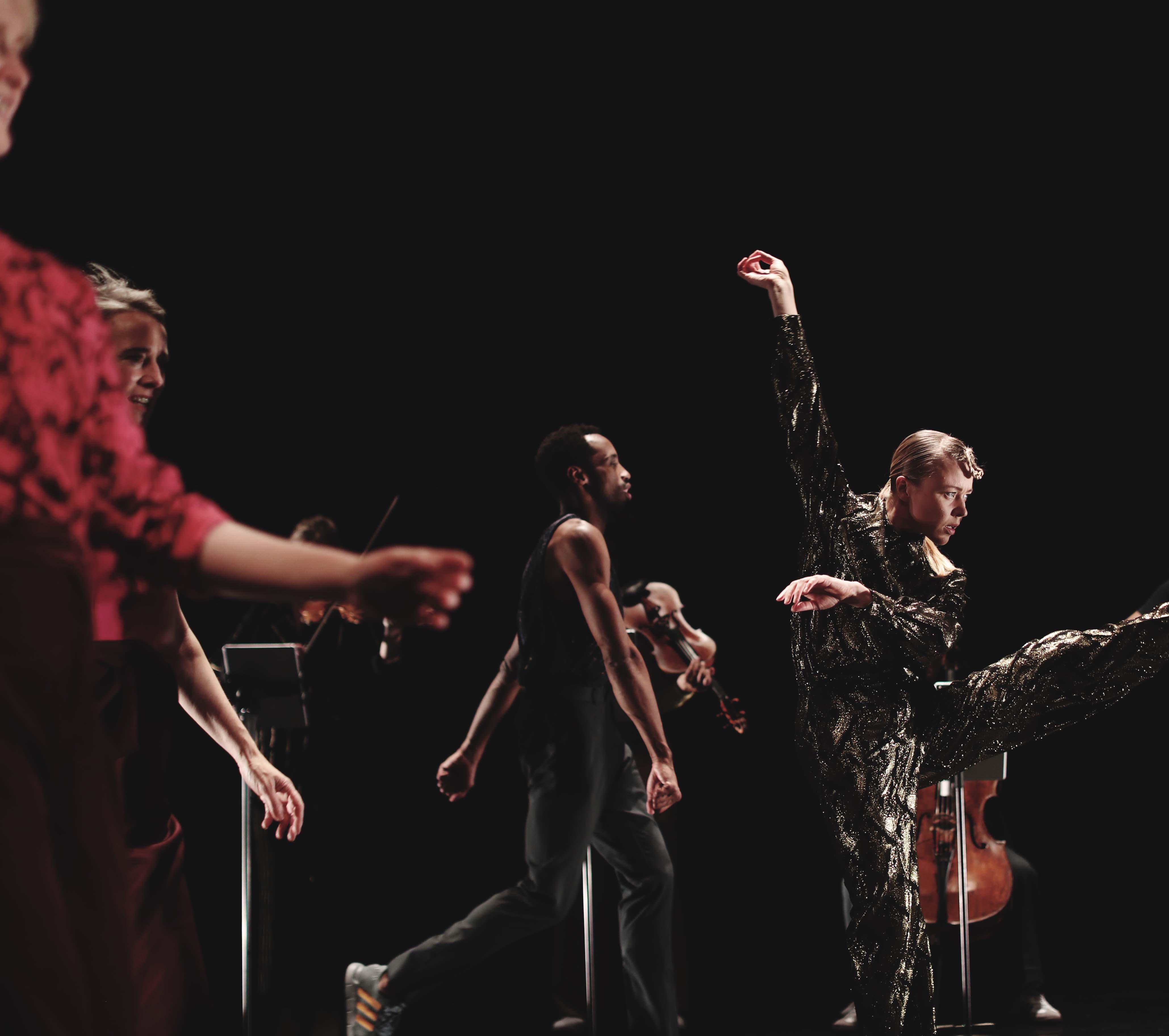 Ur föreställningen Prelude - Skydiving from a Dream, ett samarbete mellan Andersson Dance och Scottish Ensemble.