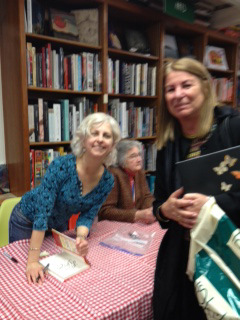 Kulturrådet Kristina Rennerstedt har just fått sin bok signerad av Kate DiCamillo. I bakgrunden syns Katherine Paterson.