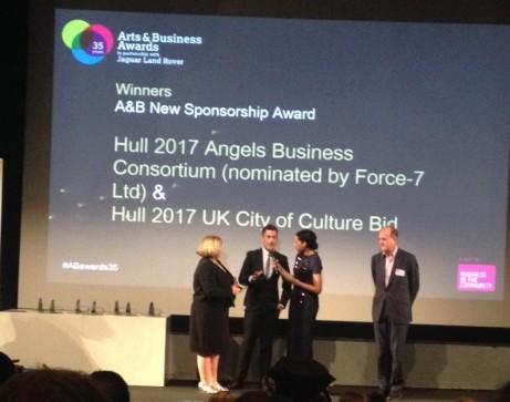 Arts Council Englands ordförande Peter Bazalgette delar ut pris till representanter från 22 företag i Hull för deras stöd till Hull kommuns satsning på att bli UK City of Culture 2017