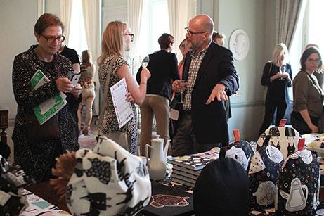 Besökare tittar på Livstyckets design. Foto: Moa Blomgren