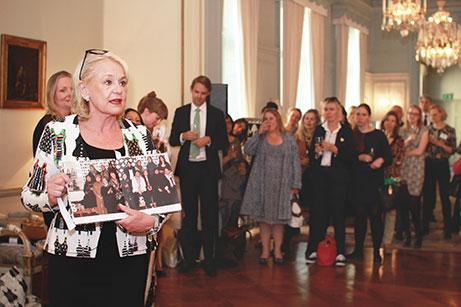 """Birgitta Notlöf visar Livstyckets bok """"Vi dricker te och lär oss e"""". Foto: Moa Blomgren"""