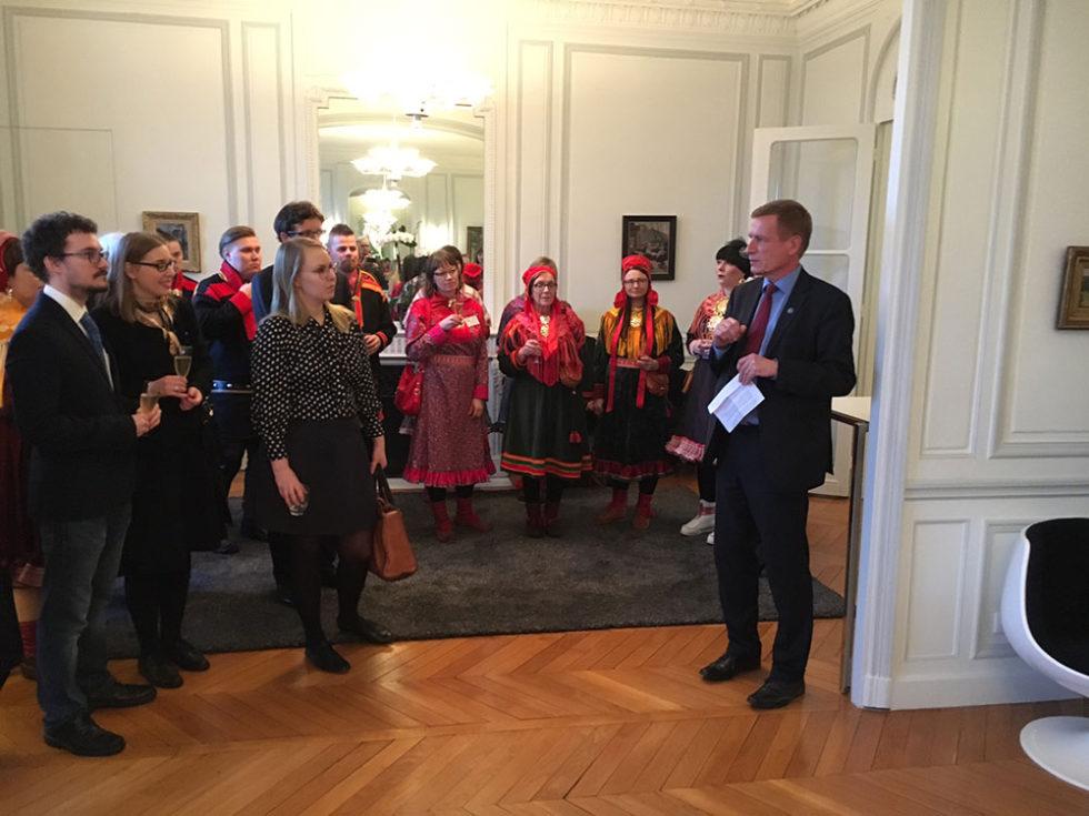 Finlands ambassadör i Frankrike Risto Pipponen hälsar den samiska delegationen från Laponia välkommen i sitt residens. Foto Mats Widbom