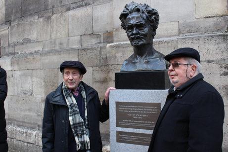 Initiativtagarna till Place August Strindberg Guy de Faramond och Jaques Robnard flankerar Carl Eldhs berömda Strindbergbyst som nu har uppförts vid Place August Strindberg efter en gjutning i de gamla originalformarna från 1905. Foto: Svenska ambassaden