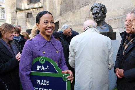 Alice Bah Kuhnke visar stolt upp den nya namnskylten för Place August Strindberg. Foto: Svenska ambassaden