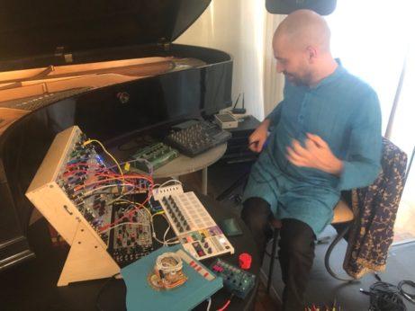 Joao installerar sina instrument.