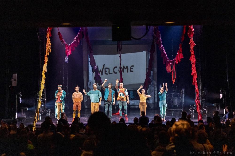 Cirkus Cirkör tar emot stående ovationer efter preimären på Kennedy Center. (Foto: Joakim Björklund)