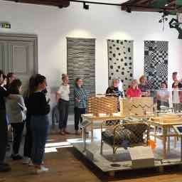 Helena Kåberg förevisar Nationalmuseums utställning Designprocesser för medarbetarna