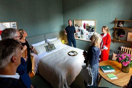 Arkitekt Ulf Agnér beskriver sitt rum med historiska referenser till Sverige och Frankrike. Foto: Luca Lomazzi