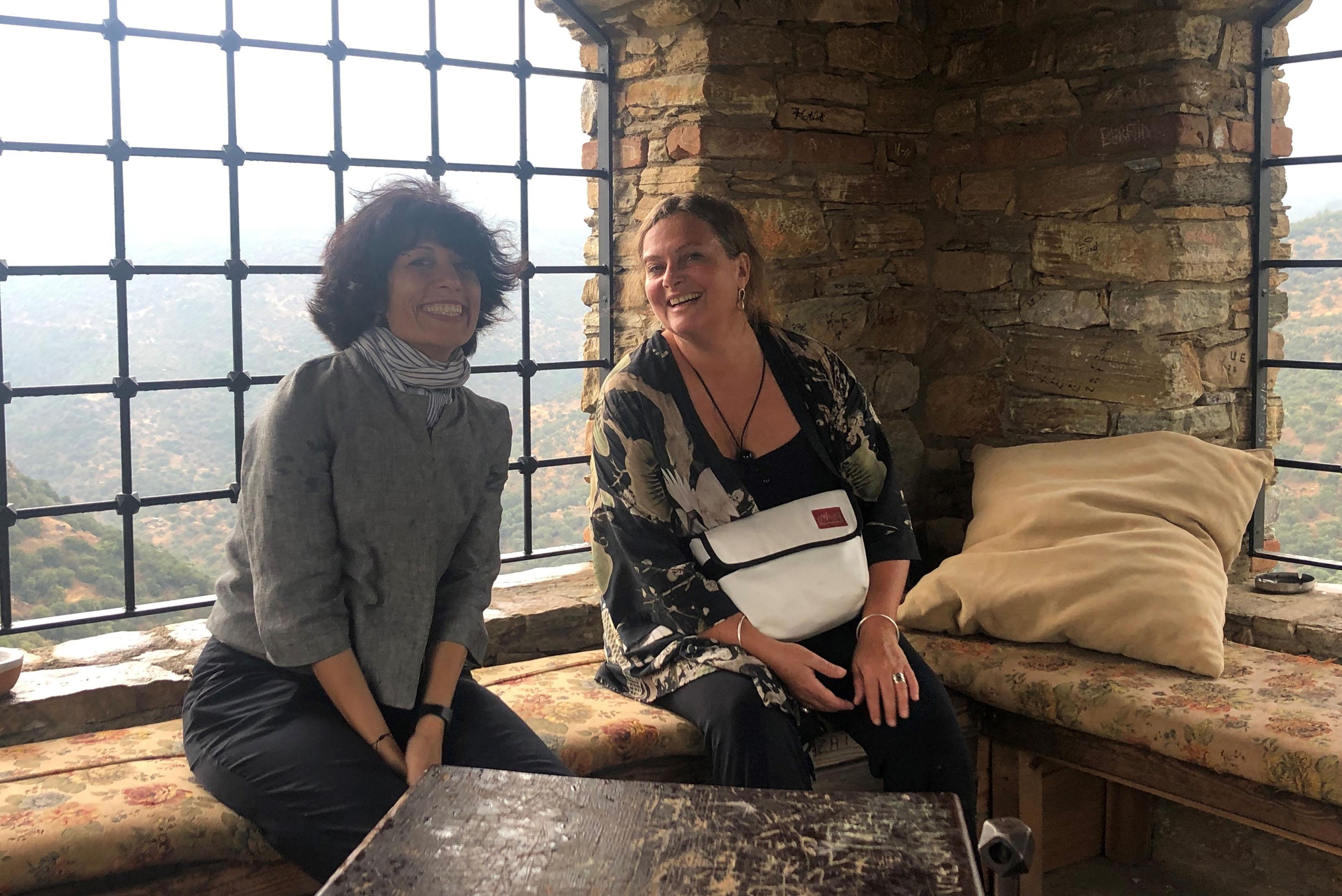 Maria Lantz och curatorn Isin Onol på Nesin Art Village, Şirince, Izmir.