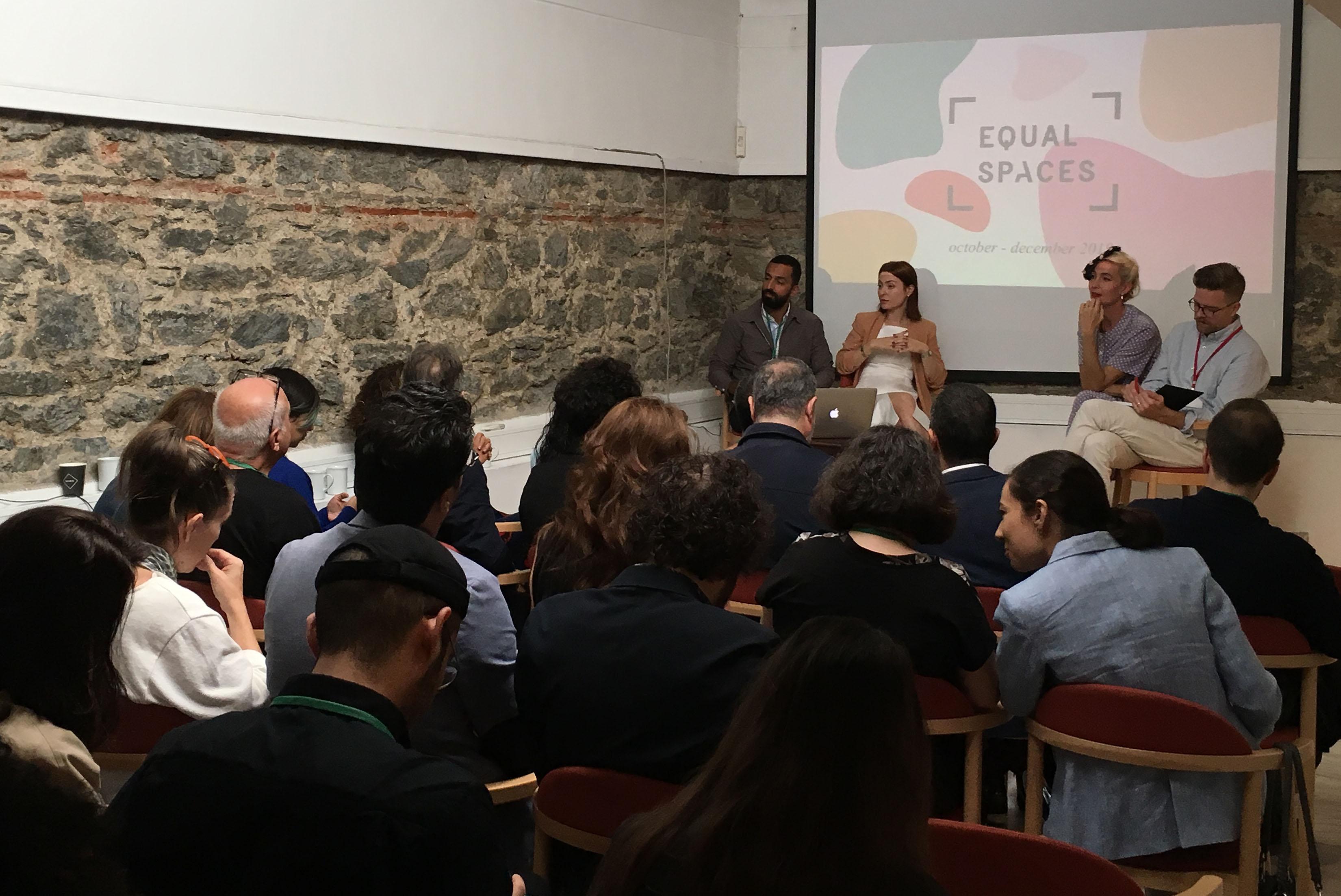 Svenska Institutets Jenny Bergström och Oskar Röhlander presenterar projektet 'Equal Spaces´ tillsammans med projektets turkiska koordinatorer Dilek Ozturk och Bilgen Coskun på Svenska forskningsinstitutet i Istanbul.