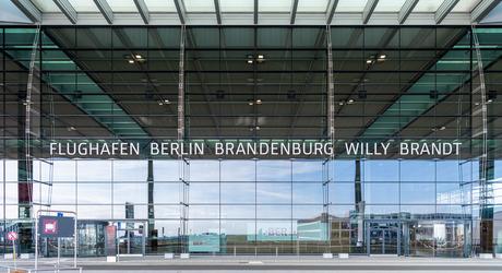 Bild från glasfasad av Berlins nya flygplats.