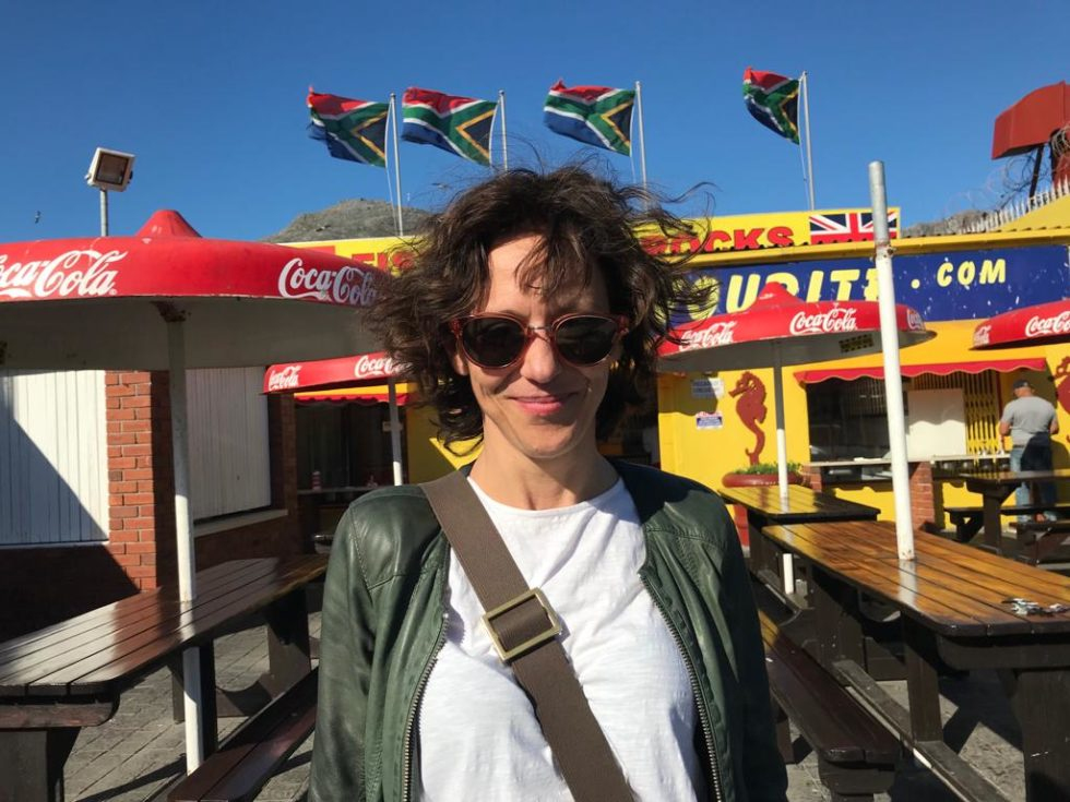 Hedda Krausz framför sydafrikanska flaggor.