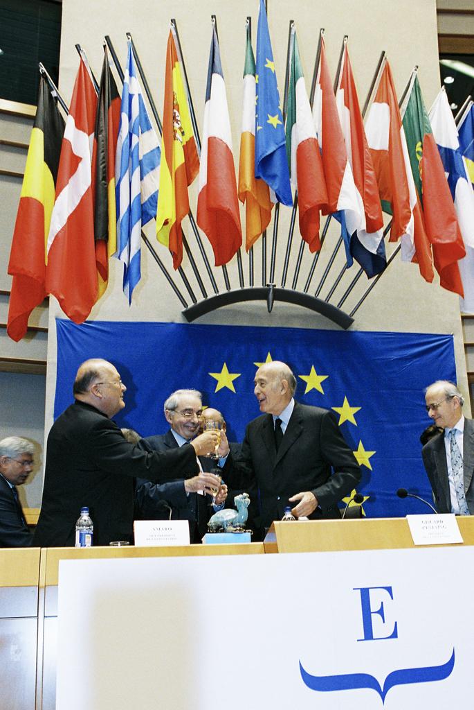 Valéry Giscard-d'Estaing med kollegor på podium framför EU:s flagga och 15 medlemsstatsflaggor.