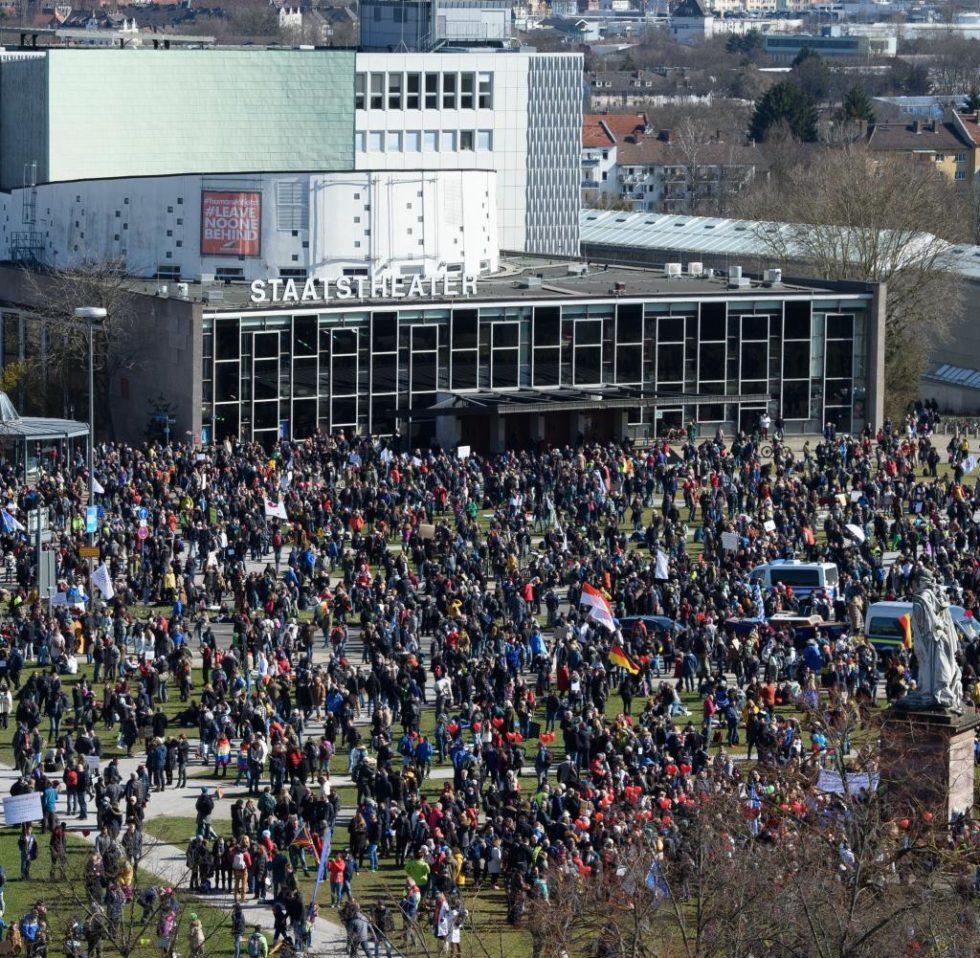 Bild på en stor demonstration utanför Staatstheater i Kassel.