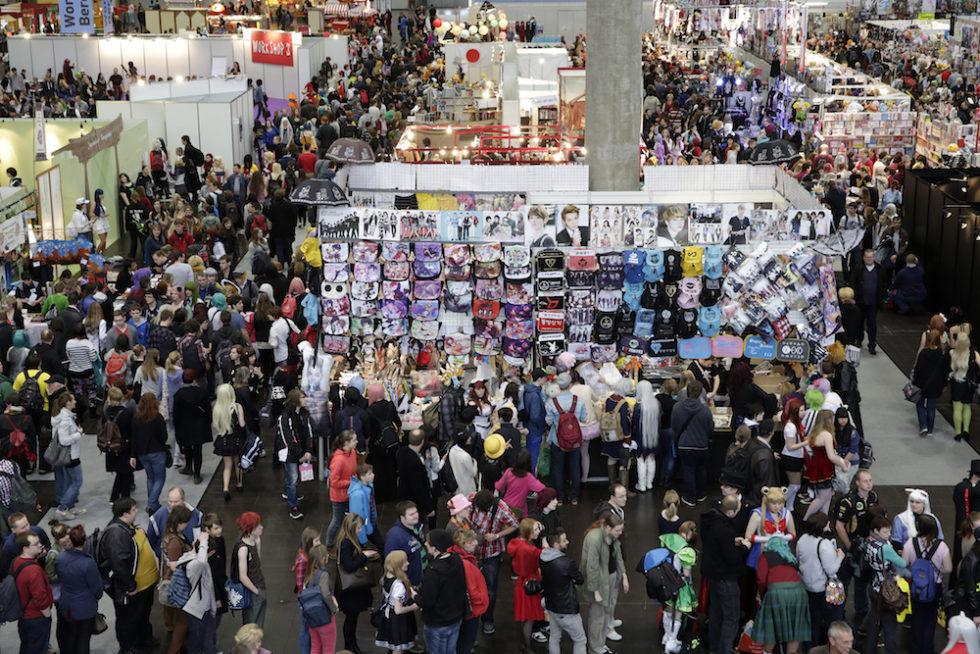 Bilden visar mässgolvet på bokmässan lite uppifrån med mängder av människor.